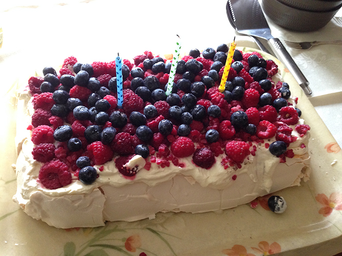 Pavlova Cake a la Helenawb!